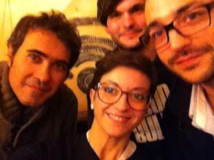 Selfie Sprassolato scapigliato + 3/6 degli Abat Jour nella sede di Radio Orvieto Web.
